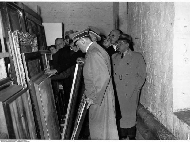 Hitler inspecting degenerate art