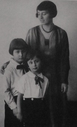 Hannah Gál with sons Franz and Peter