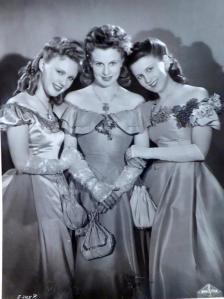 Hilde Föda, (centre) as one of the '3 Wiener Mäderln'