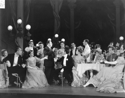 The Reinhardt/Korngold Fledermaus ran on Broadway for over 600 performances under the title of 'Rosalinda' in 1942. Korngold speaks with the cast