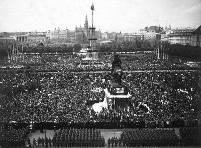 hundreds of thousands turn out to greet Hitler's arrival in Vienna. Were they all brought from outside Vienna as Gedye claims?