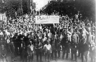 The start of a protest that would turn into a blood bath - protesting the Innocent verdict of Heimwehr murders in Schattendorf, a protest that would result in the burning of the Palace of Justice on July 15, 1927