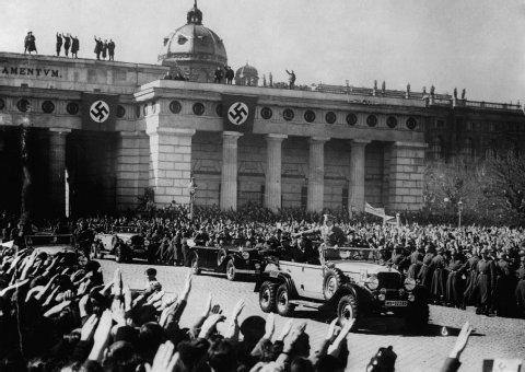 hitler-in-vienna-1938