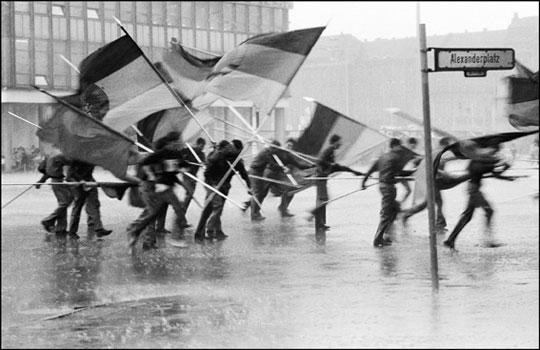 harald_hauswald-berlin-alexanderplatz-1987